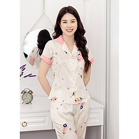 Bộ đồ mặc nhà mặc ngủ kiểu dáng Pijama chất liệu lụa cao cấp tay cộc quần dài có túi 2 bên và trước ngực họa tiết lông vũ hồng nền trắng hàng thiết kế H234