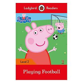 Peppa Pig: Playing Football- Ladybird Readers Level 2 (Paperback)
