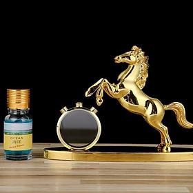 Tượng ngựa mạ vàng có vòng tròn pha lê đựng nước hoa giúp trang trí không gian xe hơi, bàn làm việc tặng kèm lọ tinh dầu nước hoa