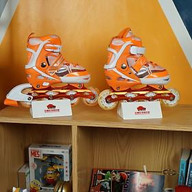 Giày Patin Caroman K600 với giá cả phải chăng, thiết kế bắt mắt nhưng vẫn mang lại đôi giày có đầy đủ tính năng phù hợp với những bạn bắt đầu tập chơi với bộ môn patin phù hợp với các bé từ 3 tuổi đến 10 tuổi có 3 màu dễ lựa chọn là trò chơi lành mạnh giúp bé rèn luyện tăng cường sức khoẻ tốt hơn