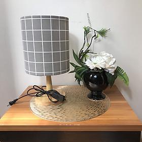 Đèn ngủ để bàn DB-D06 CARO XÁM, đèn bàn ngủ chóa vải bố linen decor nhà cửa, chân gỗ phong cách, công tắc bật tắt, tặng kèm bóng đèn