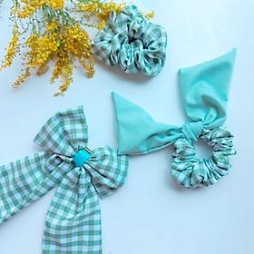 SET 3 món Scrunchies gồm : Kẹp nơ bản to, dây cột tóc nơ, dây cột tóc basic - ba kiểu dáng phù hợp với nhiều trang phục khác nhau - họa tiết caro xanh