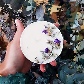 Nến thơm cao cấp với sáp đậu nành và tinh dầu cỏ xạ hương, trang trí hoa salem và lá xô thơm