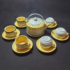 Bộ Ấm Uống trà Bát Tràng Cao Cấp mẫu TRỤ TRÒN có chân đế – Bình trà Hoa văn nổi sần kiểu ĐẤT NẺ cực đẹp – Màu Vàng Gold - 1 ấm, 6 ly, 7 dĩa – Chân Đế Ngăn va chạm mặt bàn, chống bám nước