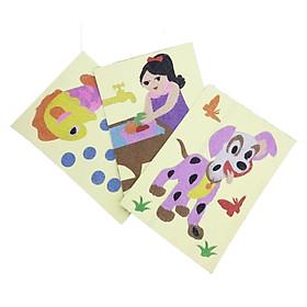 Bộ 3 tấm tranh cát cỡ trung: bé rửa quả, chú chó đốm và con cá. Kèm 12 màu cáy cho bé. Đồ chơi Tranh cát sản xuất taị Việt Nam. Tranh cát cho bé từ 3 tuổi/