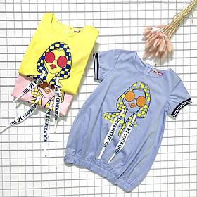 Đầm Bí Cho Bé In Cô Gái Sporty Chic YF - Bo Thun Ở Tay Và Dưới Lai Đầm - Phụ Kiện Dây In Chữ Phong Cách Hàn Quốc - 100% Cotton (Màu Ngẫu Nhiên) 9DX530