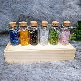 Set 06 lọ đá Thạch Anh vụn thiên nhiên gồm 06 màu khác nhau kèm hộp gỗ