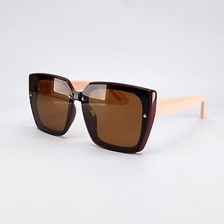 Mắt kính mát nữ thời trang DKY20010 tròng Polarized phân cực, râm mát chống nắng, chống tia UV, màu nâu đỏ. Gọng Poly màu hồng nhạt, to bản, ôm mặt, không kén size.