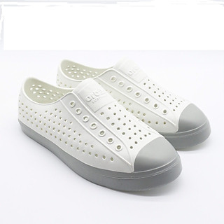 giày lỗ đi mưa