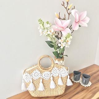 Túi lục bình trang trí bằng họa tiết đan từ sợi cotton lấy cảm hứng từ hình ảnh mây tre đan đặc trưng của dân tộc kết hợp với sự tinh tế của gu thời trang hiện đại.