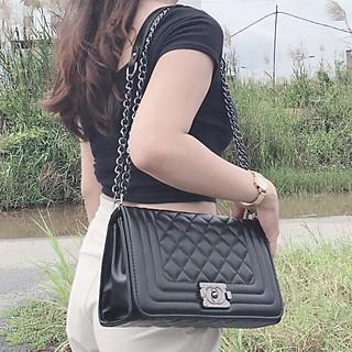 Túi đeo chéo nữ, kèm dây xích, có gắn dây nịt đính kèm, kiểu túi đeo chéo nữ phổ biến trên thị trường