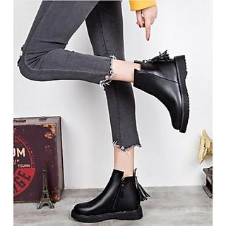 Giày bốt nữ dáng Dr đế vuông 3cm gắn tua rua kéo khóa da lì màu đen 05 cổ cao qua mắt cá chân