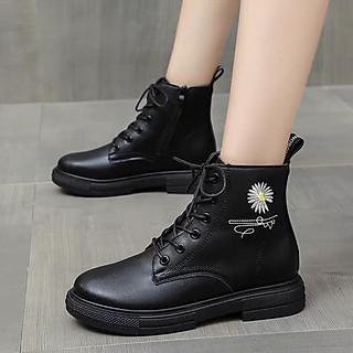 Giày boots nữ cao cổ Chất liệu da siêu dẹp, viền hoa cúc Hot trend