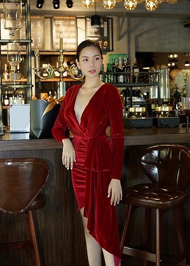 Đầm velvet nhung đỏ xẻ ngực V sexy