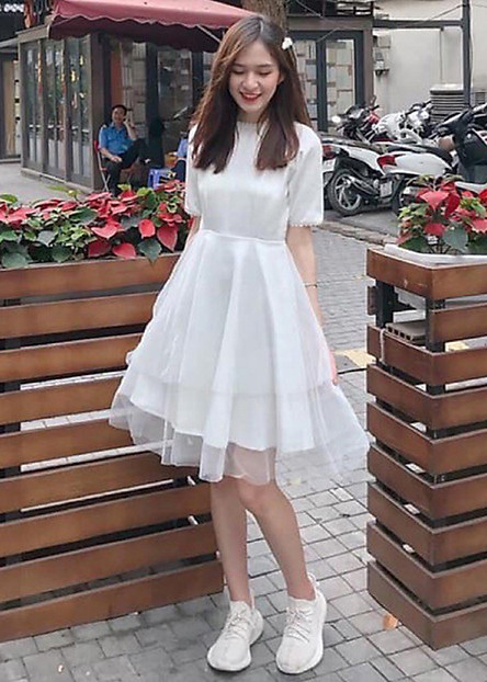 Đầm trắng phối tay ngọc dự tiệc