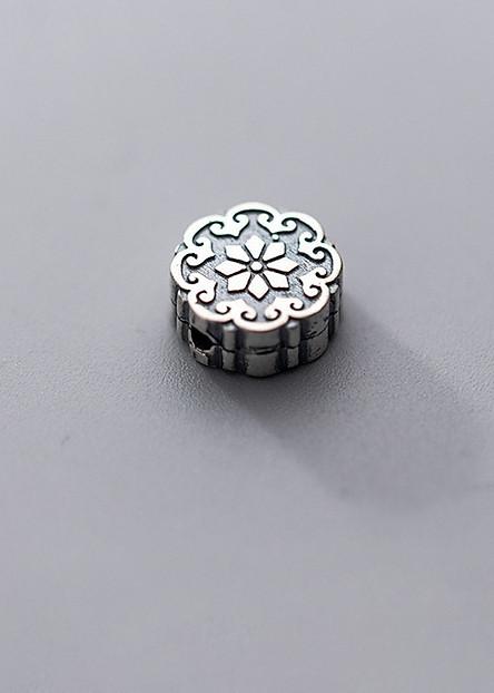 Charm bạc tròn dẹp có họa tiết hoa văn xỏ  ngang - Ngọc Quý Gemstones