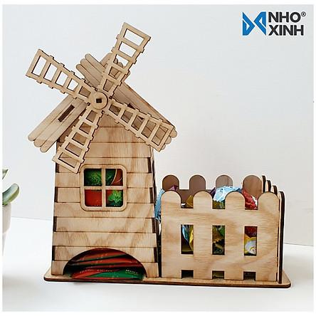 Đồ trang trí bằng gỗ - Hộp đựng kẹo, trà, cafe để bàn - Hình dáng ngôi nhà cối xay gió - Trang trí không gian học tập, làm việc - Nhãn hiệu Nho Xinh, xuất xứ Việt Nam, thích hợp làm quà tặng, lưu niệm