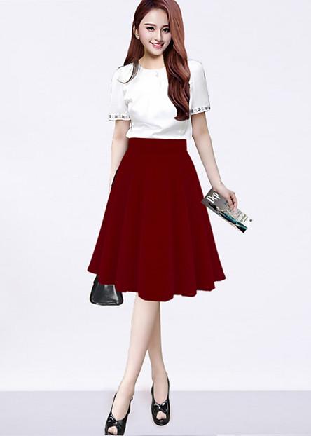 Chân váy xòe kèm quần bên trong màu đỏ đô
