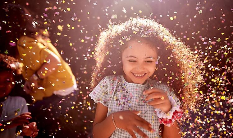 Thẻ này mô tả chất lượng âm thanh. Hình ảnh một cô gái mỉm cười rạng rỡ trong lễ kỷ niệm.