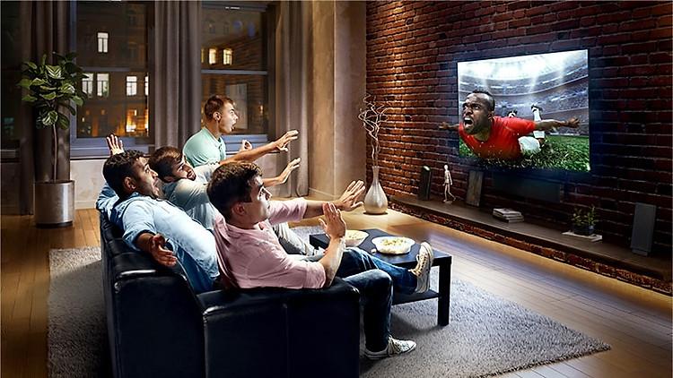 Thẻ này mô tả virtual surround plus. Một gia đình ngồi trên ghế xem bóng đá trên TV.