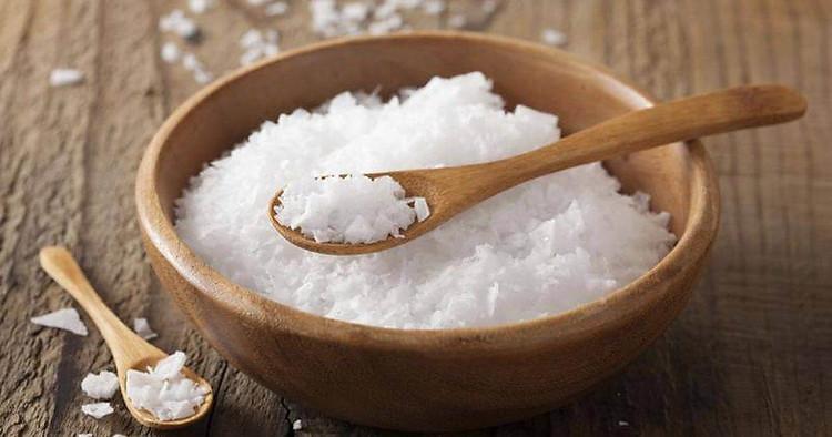 Những hạt muối biển li ti trong sữa tắm dưỡng thể muối biển sẽ nhẹ nhàng tẩy sạch tế bào chết, cho bạn một làn da rạng rỡ.