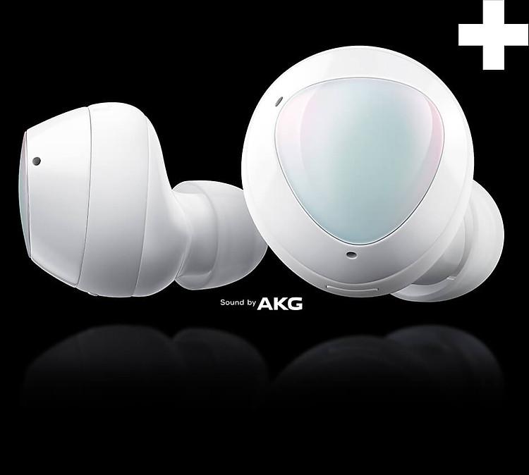 Galaxy Buds+ - Tai nghe không dây thế hệ mới với hình sản phẩm là mặt bên của tai nghe bên trái và góc nhìn chính diện của tai nghe bên phải. Dấu cộng lớn ngay góc trên của cụm sản phẩm và logo AKG ngay bên dưới.