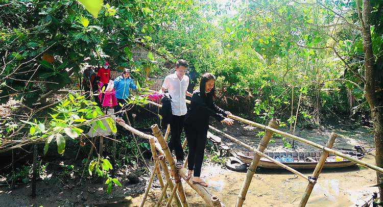 Trải nghiệm đi cầu khỉ ở Cồn Sơn Cần Thơ - tour miền Tây 4 ngày 3 đêm
