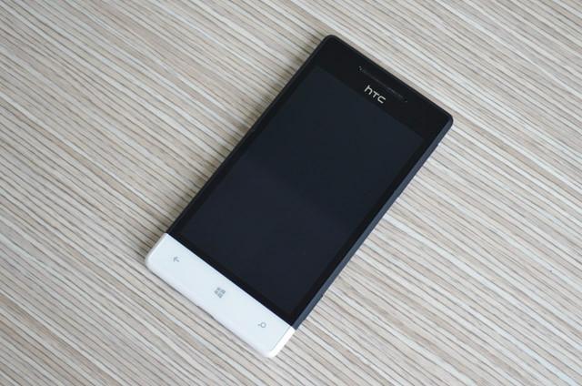 HTC 8S sử dụng màn hình S-LCD, kích thước 4 inch