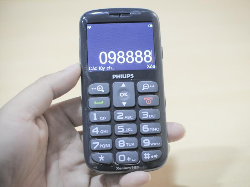 Philips X2566 thiết kế đơn giản với màn hình lớn, phím cơ kí hiệu lớn