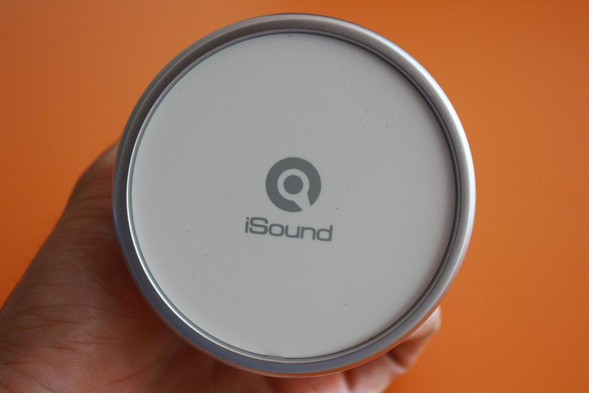 Trên mặt loa có logo iSound được khắc Laser