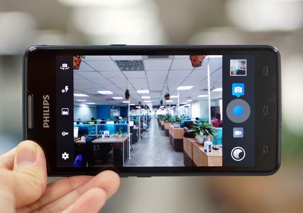 Philips W6610 trang bị camera sau 8.0MP, có đèn Flash LED
