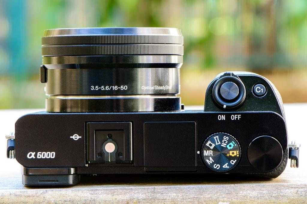Máy đi kèm ống kính 16-50mm