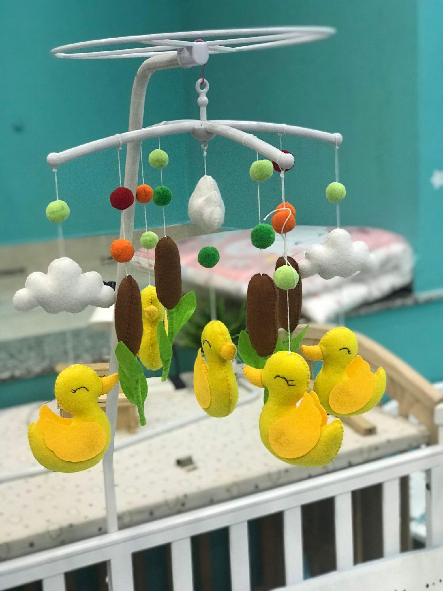 Đồ treo nôi cho bé nhiều màu rực rỡ giúp tăng kích thích thị giác.