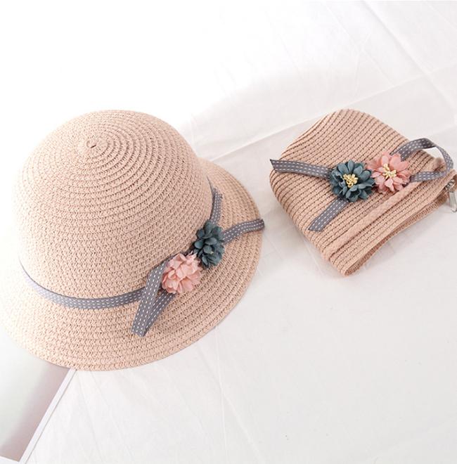 Nón vá túi đeo chéo cho bé gái cùng kiểu: hồng nhạt và đính hoa. Quà tặng đáng yêu cho bé.