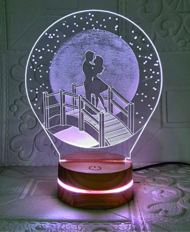 Cặp đôi dưới trăng, Đèn Trang trí, đèn 3D led, Đèn ngủ đổi màu, Đèn 16 màu thay đổi, Đế gỗ thân thiện, điều khiển từ xa tiện lợi, Quà tặng ý nghĩa, quà lưu niệm, thiết bị chiếu sáng nhà cửa, bàn làm việc