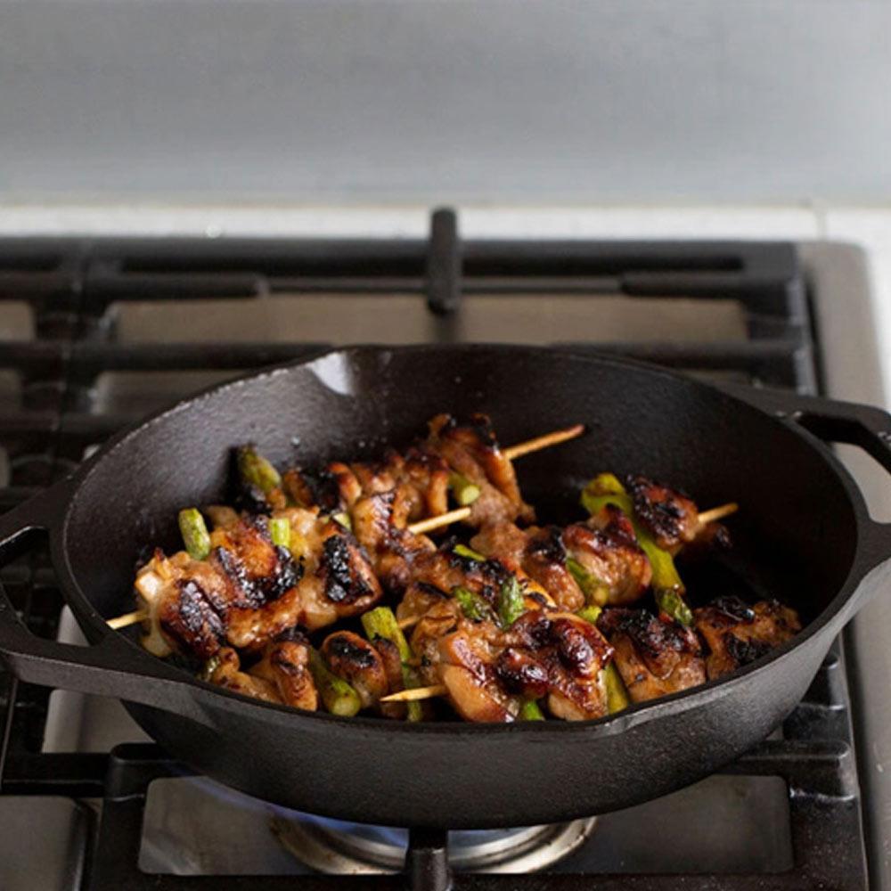 Chảo gang nướng Lodge nhập khẩu từ Mĩ hai tay cầm đáy có rãnh tròn đường kính 26cm dễ dàng sử dụng với mọi loại bếp