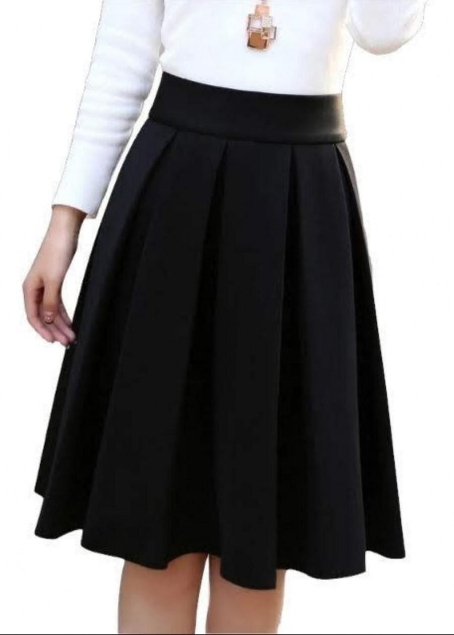Chân váy xếp ly dài có kèm quần bên trong màu đen