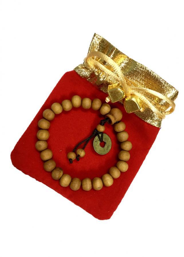 Vòng tay hạt gỗ vàng gắn đồng xu may mắn VTG012 (hạt 8li, có kèm túi nhung cao cấp)