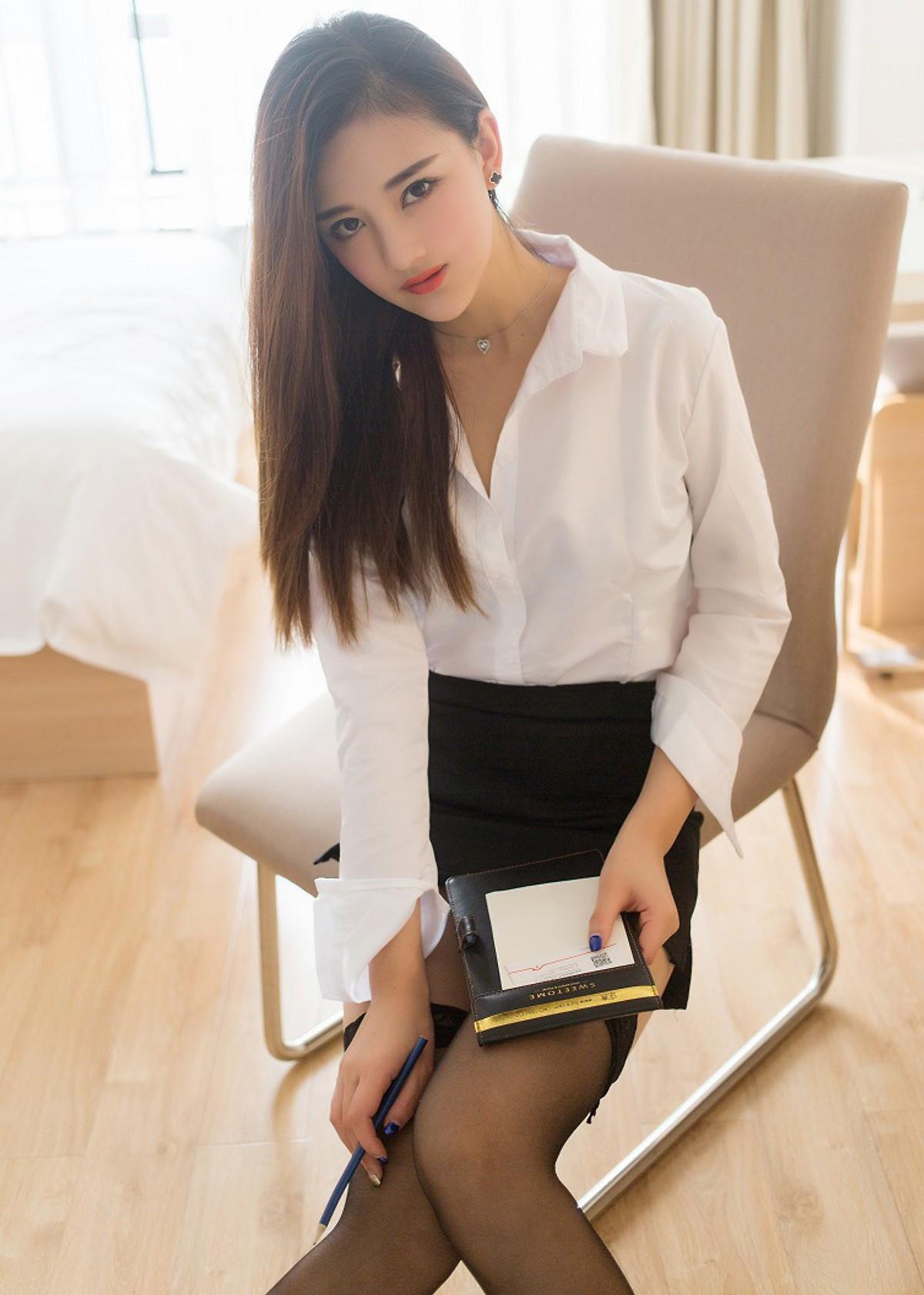 Sét áo trắng kèm chân váy ôm dáng văn phòng lịch thiệp