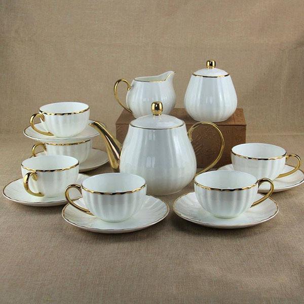 Ấm trà trắng sứ xương viền vàng lượn sóng sang trọng và mềm mại
