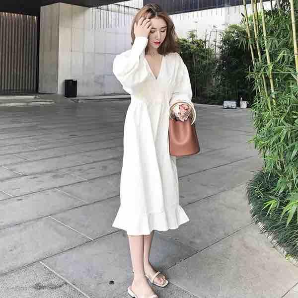 Váy trắng cổ V tay dài đuôi cá -free size