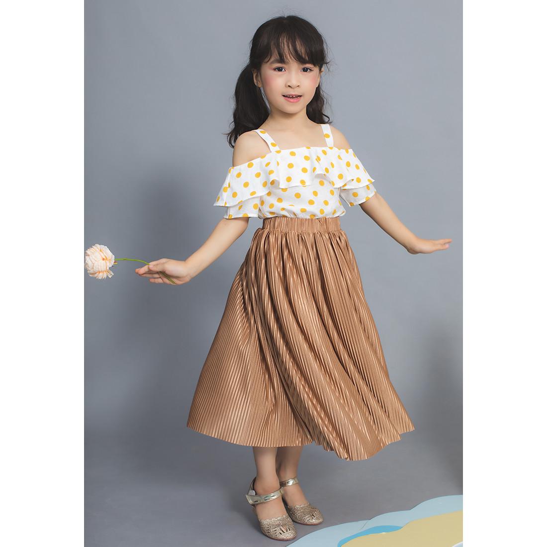 1020101496464 - Set chân váy xếp ly nâu+ áo 2 dây chấm bi vàng Lovekids - LK0347