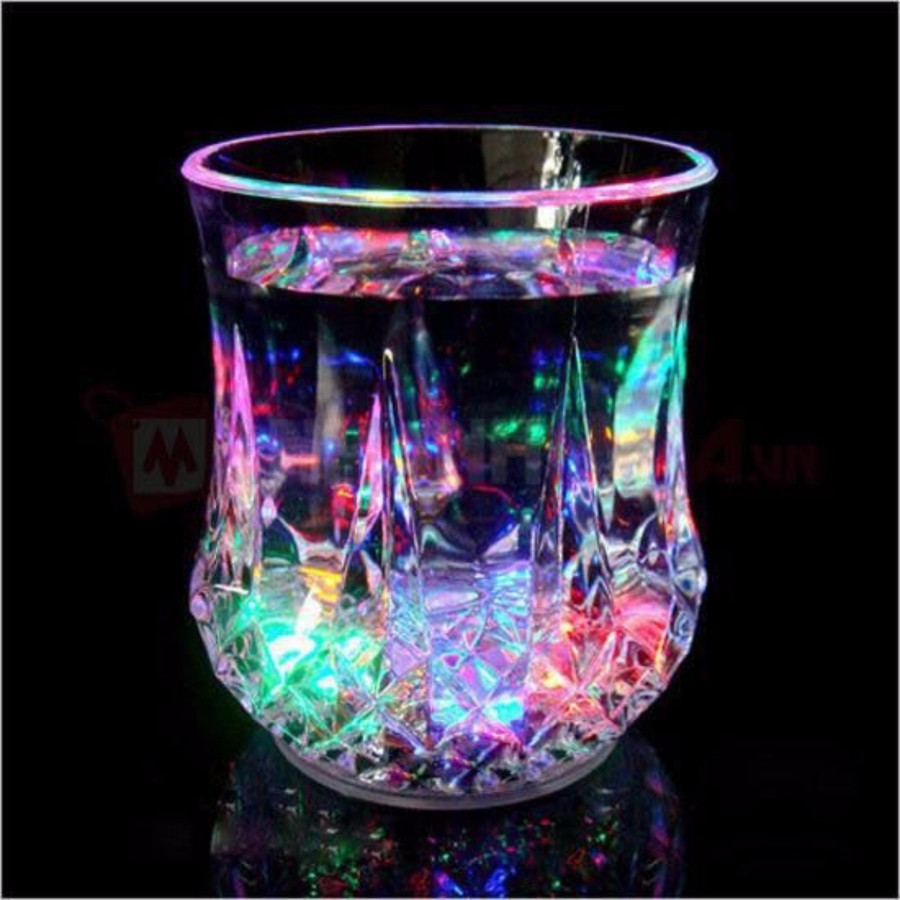 Ly phát sáng nhiều màu khi rót nước không quai