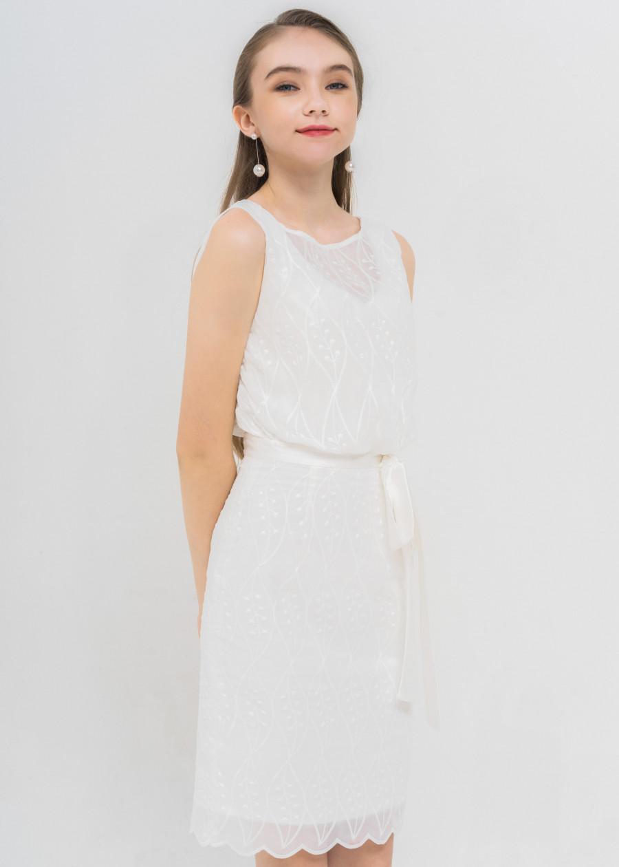 Đầm trắng thêu nơ eo