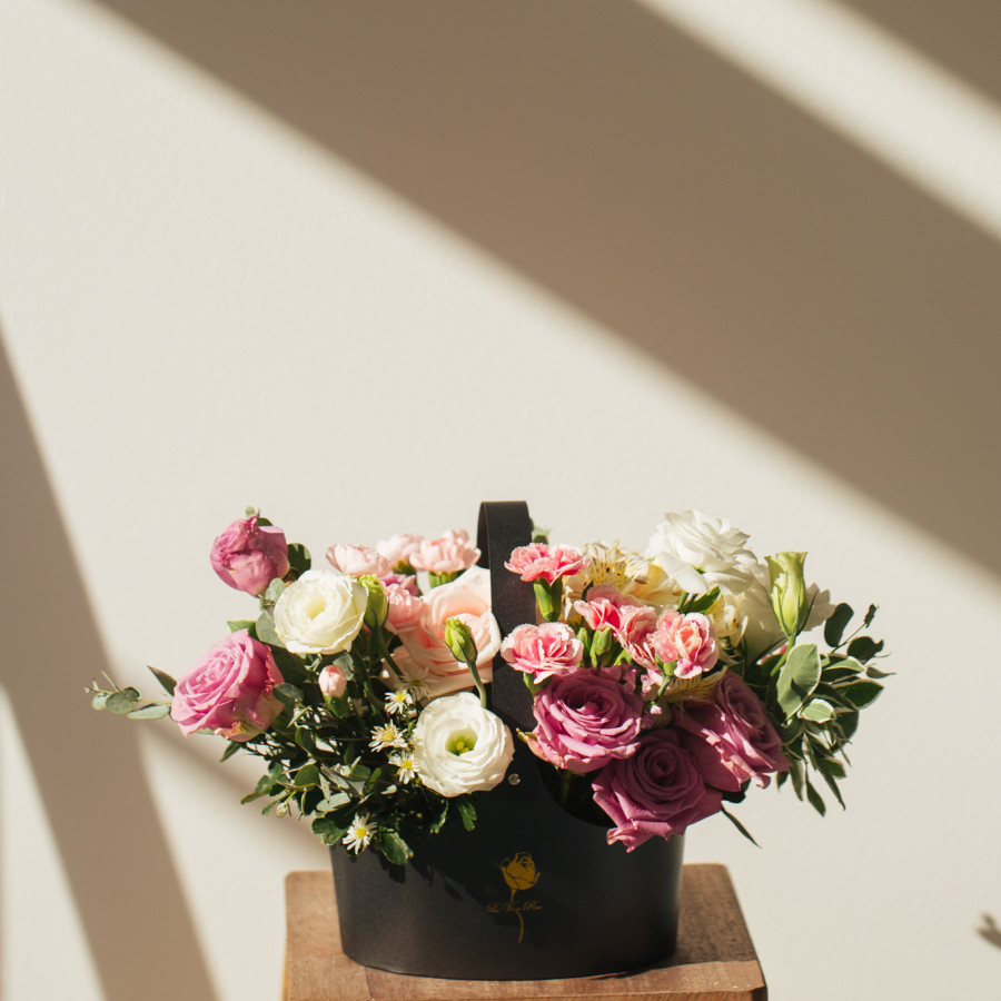 Giỏ hoa tông hồng
