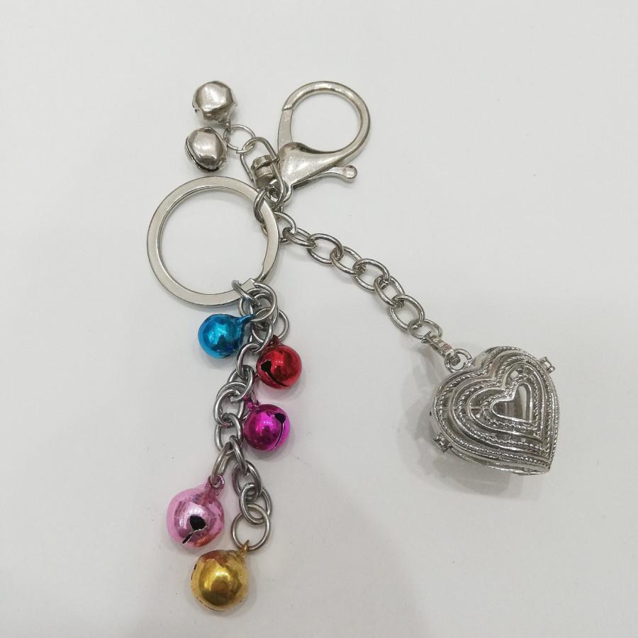 Móc khóa hình trái tim bằng bạc sắc sảo kèm lục lạc ngũ sắc