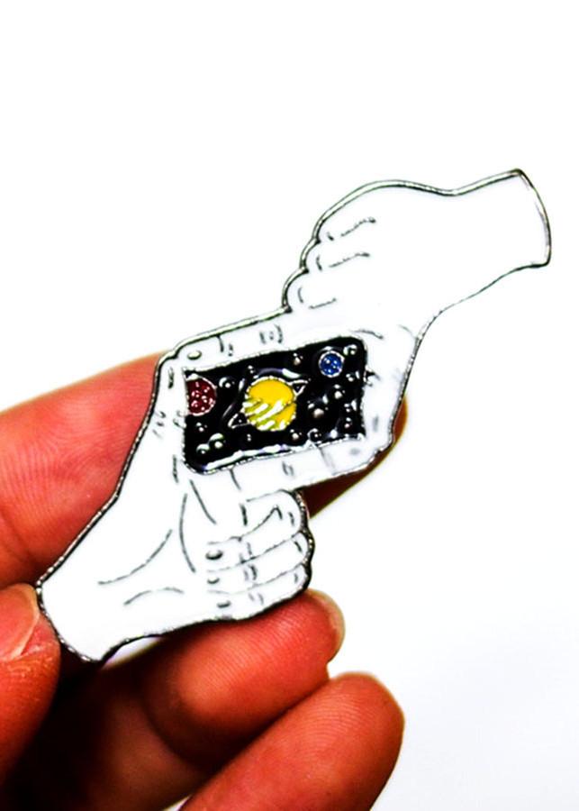 Bàn tay chụp ảnh - Pin sticker ghim cài áo
