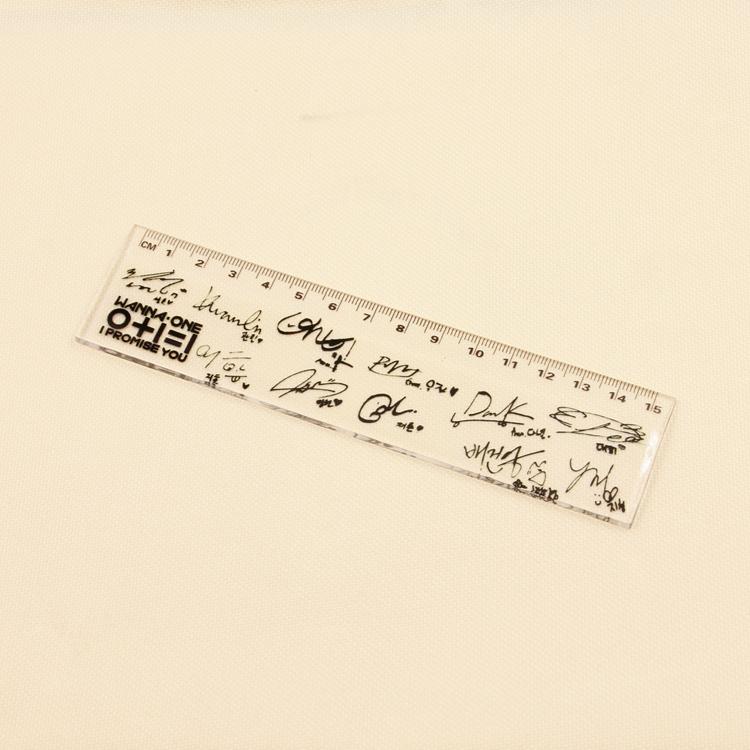 Thước kẻ có chữ ký thành viên nhóm Wanna One
