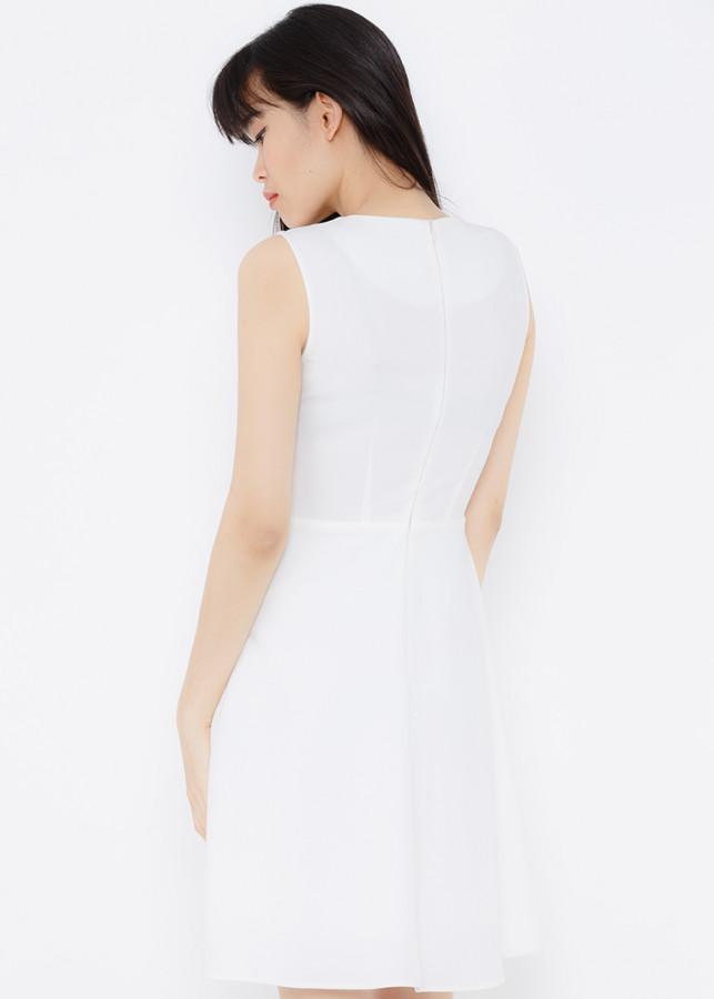 Đầm xòe trắng cổ V, chân váy xếp