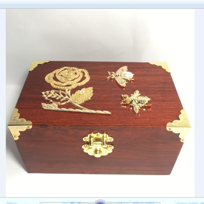 Hộp đựng con dấu - hộp trang sức đính hoa vàng size 19cm bằng gỗ hương - kèm khóa mini - 4796674 , 7237594291597 , 62_14902071 , 720000 , Hop-dung-con-dau-hop-trang-suc-dinh-hoa-vang-size-19cm-bang-go-huong-kem-khoa-mini-62_14902071 , tiki.vn , Hộp đựng con dấu - hộp trang sức đính hoa vàng size 19cm bằng gỗ hương - kèm khóa mini